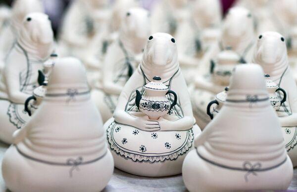 Technika nanoszenia wzoru opiera się na dwóch podstawach: porcelana jest zdobiona ręcznie z wykorzystaniem trzech podstawowych kolorów - białego, błękitnego i niebieskiego. - Sputnik Polska