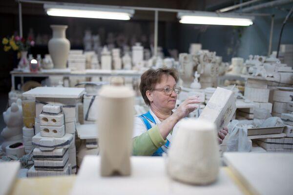 Przygotowanie formy przed zalaniem miękkiej masy porcelanowej w warsztacie. - Sputnik Polska