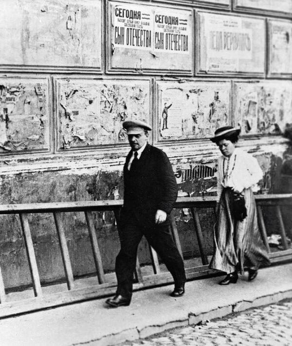 Władimir Lenin z siostrą Marią Ulianową udaje się do Teatru Bolszoj na posiedzenie V Rosyjskiego Zjazdu Rad. Czapka Lenina stała się kanonicznym nakryciem głowy, w którym artyści najchętniej przedstawiali wodza. Na początku XX wieku czapka była (w zależności od fasonu) albo znakiem przynależności do niebogatej wartstwy miejskiej, albo atrybutem sportowego lub półwojskowego stylu. Główne jej zalety: czapka nie przeszkadzała w pracy fizycznej i nie zdmuchiwał jej z głowy wiatr. - Sputnik Polska