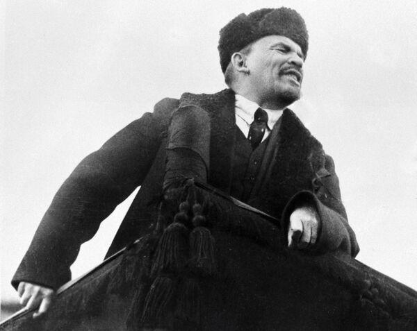 Władimir Lenin przemawia na Placu Czerwonym w dzień obchodów I rocznicy Wielkiej Październikowej Rewolucji Socjalistycznej. Zimowy wariant ubioru Lenina to palto i czapka-uszanka. Zauważmy jednak, że Lenin nosi nie zwykłą uszankę, ale szczegolską karakułową. A i palto jest doskonale uszyte, najprawdodpodobniej jeszcze na emigracji. - Sputnik Polska