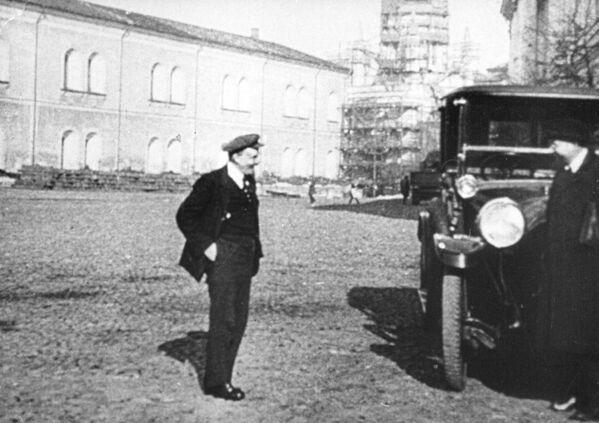 """Lenin na spacerze na Kremlu. 1918 rok. Nawet w chłodną pogodę mógł pozwolić sobie na ubiór """"jak na Zachodzie"""", bowiem czekał na niego samochód, w którym nie musiał marznąć. - Sputnik Polska"""