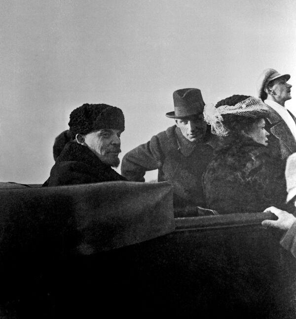 Władimir Lenin z siostrą Marią 1 maja 1918 roku. W zimnym otwartym samochodzie na Leninie – czapka-uszanka. A jego towarzysz jest w kapeluszu, być może po prostu nie posiada nic cieplejszego do ubrania. - Sputnik Polska