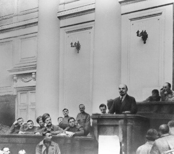 """Władimir Lenin występuje w sali posiedzeń Pałacu Taurydzkiego z Tezami kwietniowymi. W każdych warunkach Władimir Lenin dbał o swoje ubranie. Jakby już wtedy planował stać się """"przykładem dla wszystkich pionierów"""", jakim uczyniły go liczne opowieści i wspomnienia. - Sputnik Polska"""