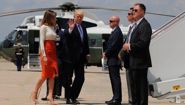 Prezydent USA Donald Trump z małżonką przed wejściem na pokład samolotu w USA - Sputnik Polska