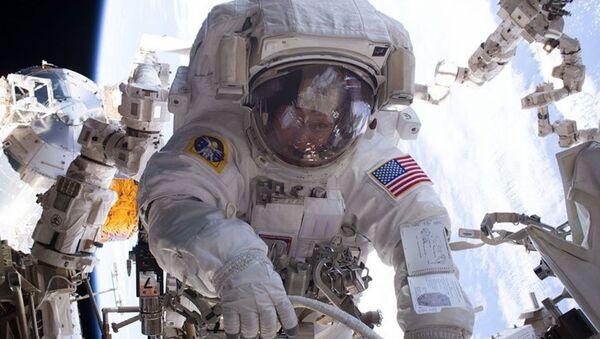 Astronautka NASA Peggy Whitson podczas wyjścia w otwartą przestrzeń kosmiczną - Sputnik Polska