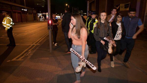 """Publiczność po ataku terrorystycznym na stadionie """"Manchester Arena"""" w Manchesterze, Wielka Brytania - Sputnik Polska"""