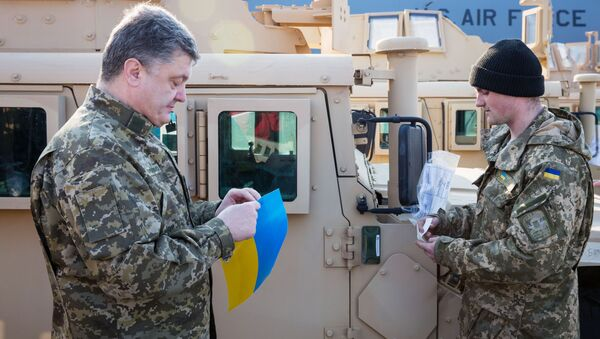 Prezydent Ukrainy Petro Poroszenko podczas powitania samolotu Sił Powietrznych USA z amerykańskimi transporterami opancerzonymi - Sputnik Polska