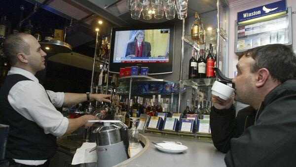 Gość i barman oglądają ukraińską telewizję w Doniecku - Sputnik Polska