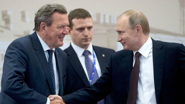 Były kanclerz Niemiec Gerhard Schröder i prezydent Rosji Władimir Putin na spotkaniu w ramach XX Petersburskiego Międzynarodowego Forum Gospodarczego - Sputnik Polska
