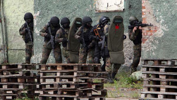 Pracownicy FSB ćwiczą operację odbicia budynku zajętego przez terrorystów podczas ćwiczeń antyterrorystycznych w porcie morskim w Kaliningradzie - Sputnik Polska