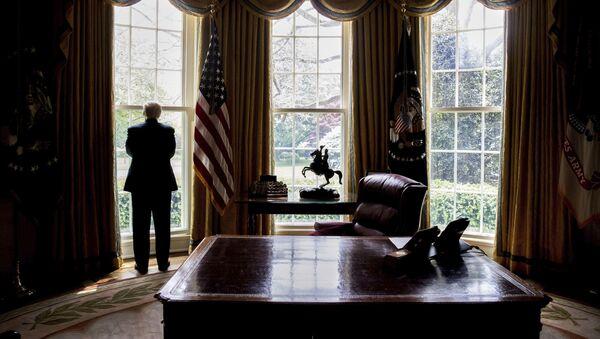 Prezydent USA Donald Trump przy oknie w Gabinecie Owalnym - Sputnik Polska