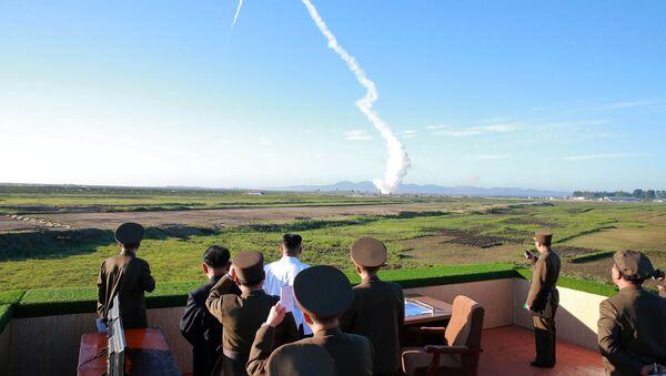 Przywódca Korei Północnej Kim Dzong Un podczas wystrzału rakiety - Sputnik Polska