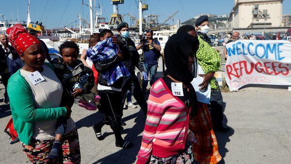 Migranci przybyli do Neapolu - Sputnik Polska