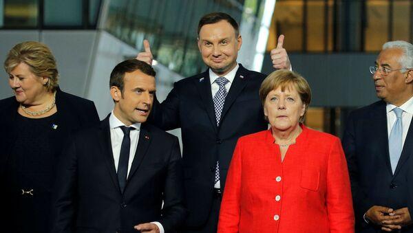 Prezydent Polski Andrzej Duda z uniesionymi kciukami na zdjęciu ze szczytu NATO w Brukseli. - Sputnik Polska
