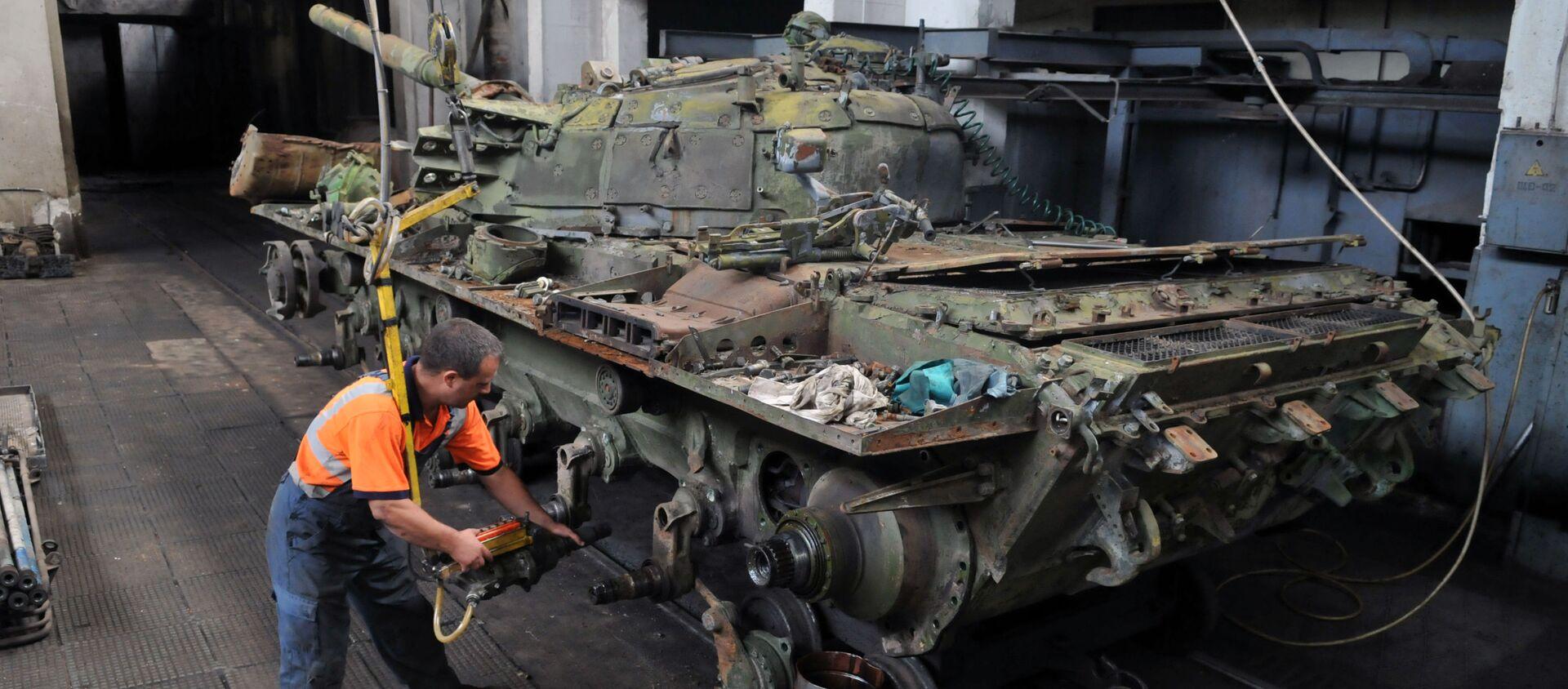 Naprawa czołgów T-72 we Lwowskiej Fabryce Czołgów - Sputnik Polska, 1920, 26.07.2019