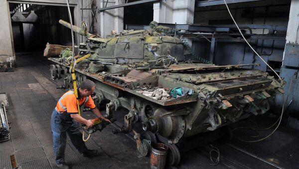 Naprawa czołgów T-72 we Lwowskiej Fabryce Czołgów - Sputnik Polska
