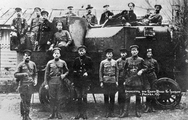 Samochody pancerne  były główną siłą uderzeniową, przeciwko której bezsilne były wszelkie oddziały wyposażone w lekką broń strzelecką. Samochody opancerzone były wówczas prymitywnej budowy, zbudowane na podwoziu traktorów i ciężarówek. - Sputnik Polska