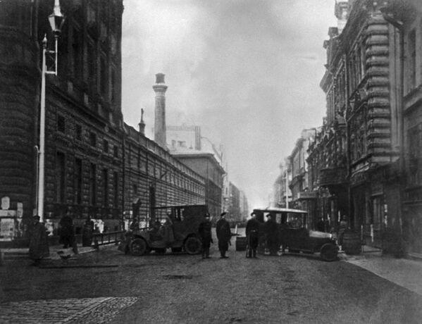 Zniszczone samochody służyły rewolucji jako barykady. - Sputnik Polska