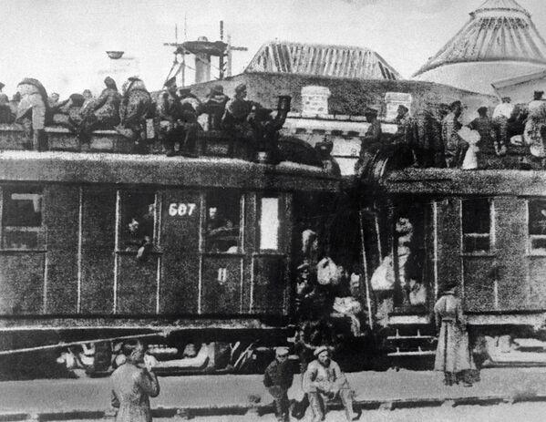 Dla większości Rosjan w 1917 roku środkiem transportu były powóz konny lub pociąg. Koleje były wówczas przeładowane. Kto nie mógł kupić biletu, musiał jechać na dachu wagonu. - Sputnik Polska