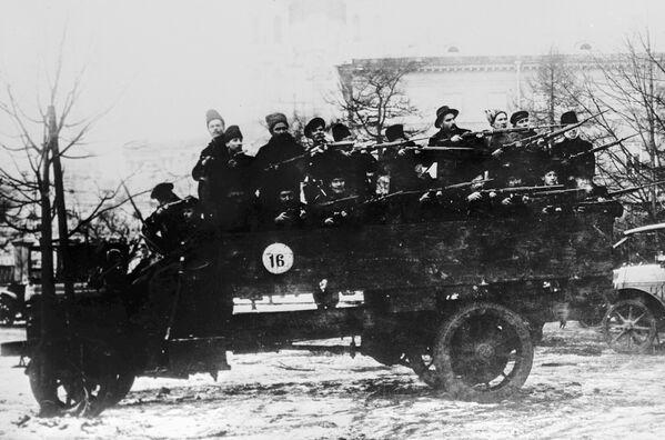 Samochód Selden. Solidny i ciężki wóz ciężarowy tamtego okresu nie mógł być obroną od kul, ale funkcję przewozu oddziału wojskowego spełniał doskonale. - Sputnik Polska