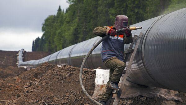 Robotnik czyści złączenia gazociągu - Sputnik Polska