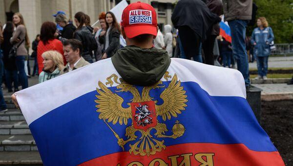 Uczestnik demonstracji z okazji Dnia Rosji na placu Lenina w Nowosybirsku - Sputnik Polska