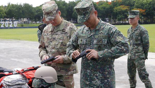 Amerykańscy i filipińscy wojskowi podczas przygotowań do operacji antyterrorystycznej - Sputnik Polska