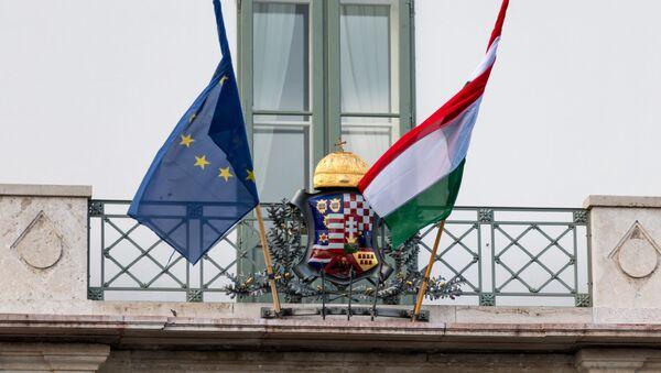Flagi Węgier i UE na pałacu prezydenckim w Budapeszcie - Sputnik Polska