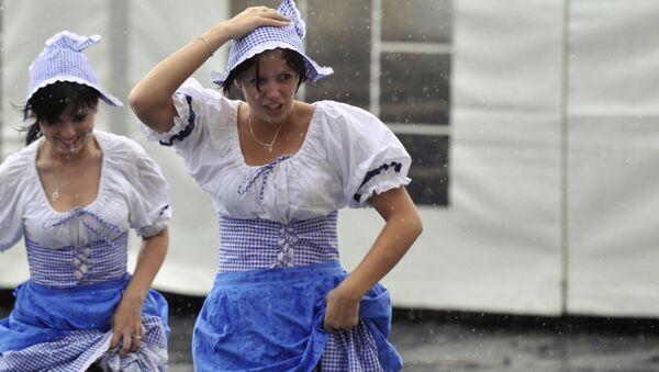 Czeskie kelnerki w deszczu podczas festiwalu piwa w Pradze - Sputnik Polska