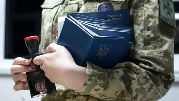 Pracownik Służby Granicznej Ukrainy w międzynarodowym punkcie kontrolnym na granicy polsko-ukraińskiej - Sputnik Polska
