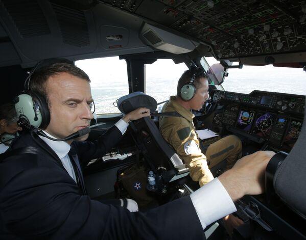 Emmanuel Macron w samolocie Airbus A400M - Sputnik Polska