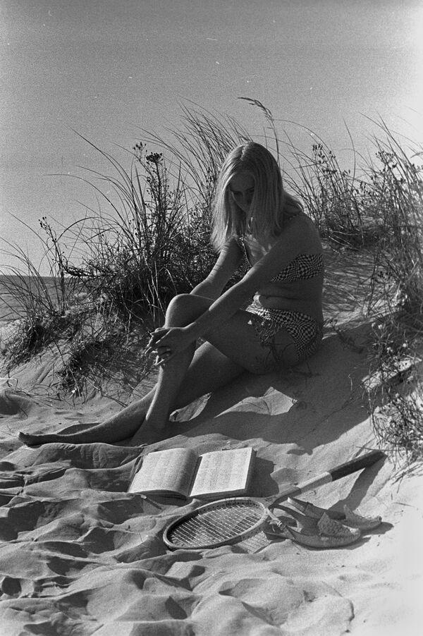 Dziewczyna na wybrzeżu w Rydze - Sputnik Polska