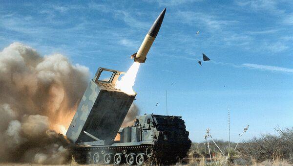 Operacyjno-taktyczny system rakietowy amerykańskiej produkcji Lockheed Martin  z rakietą balistyczną MGM-140 ATACMS - Sputnik Polska
