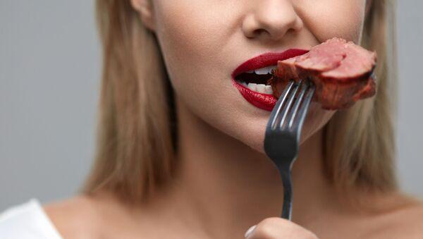 Podczas spożywania mięsa ludzkiego przez człowieka w organizmie zachodzą określona procesy - Sputnik Polska