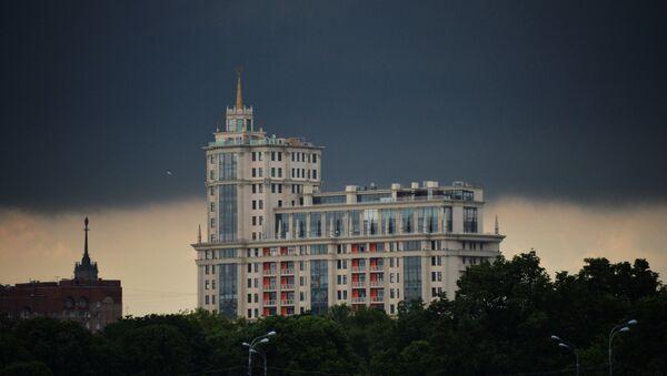 Chmura nad Kompleksem Mieszkaniowym Dom Imperialny przy zaułku Jakimańskim w Moskwie. - Sputnik Polska
