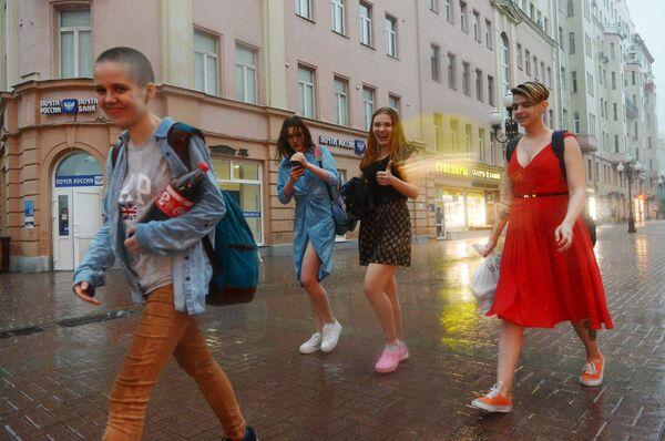 Przechodnie podczas ulewy w Moskwie. - Sputnik Polska
