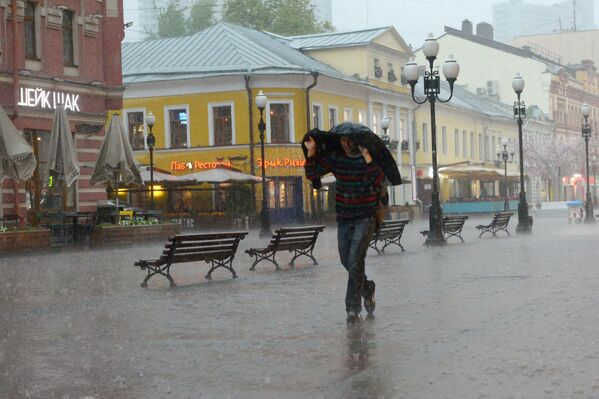 Przechodzień na Starym Arbacie w Moskwie. - Sputnik Polska