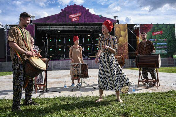 Uczestnicy XIV Międzynarodowego Festiwalu Usad'ba Jazz w muzeum folwarku Archangielskoje. - Sputnik Polska