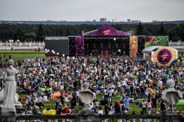 Widzowie podczas XIV Międzynarodowego Festiwalu Usad'ba Jazz w muzeum folwarku Archangielskoje. - Sputnik Polska
