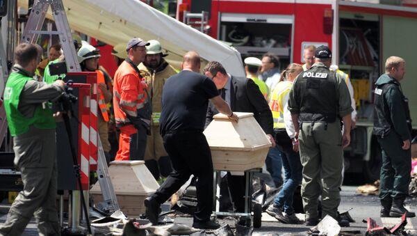 Ratownicy pracujący na miejscu zderzenia autobusu rejsowego z ciężarówką. Bawaria - Sputnik Polska
