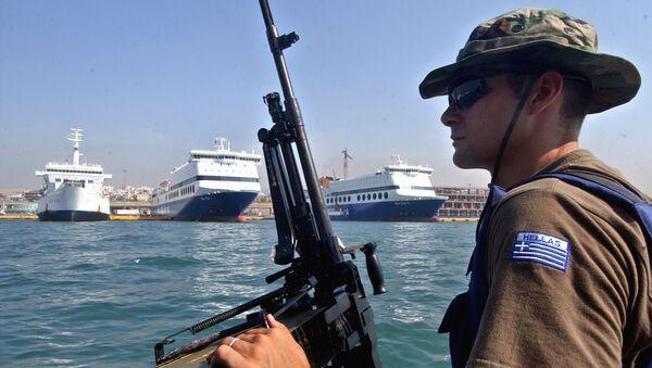 Funkcjonariusz straży brzegowej Grecji - Sputnik Polska