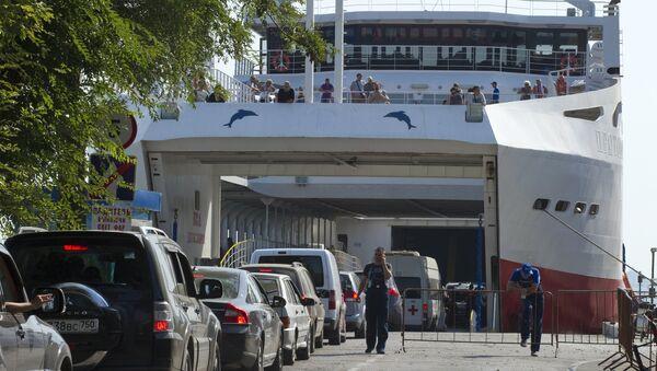 Samochody w kolejce czekają na wjazd na prom w porcie Krym w Kerczu. - Sputnik Polska
