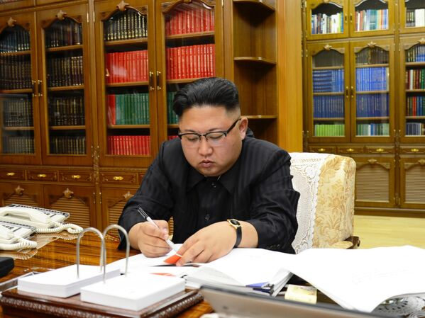 Przywódca Korei Północnej Kim Dzong Un podczas podpisywania dekretu o uruchomieniu pocisku balistycznego Hwasong-14 - Sputnik Polska