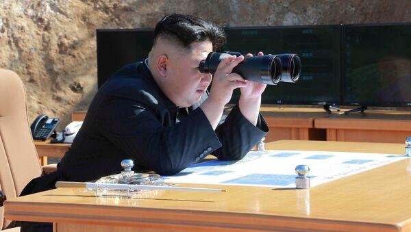 Kim Dzong Un podczas wystrzału pocisku batalistycznego Hwasong-14 w Pjongjangu - Sputnik Polska