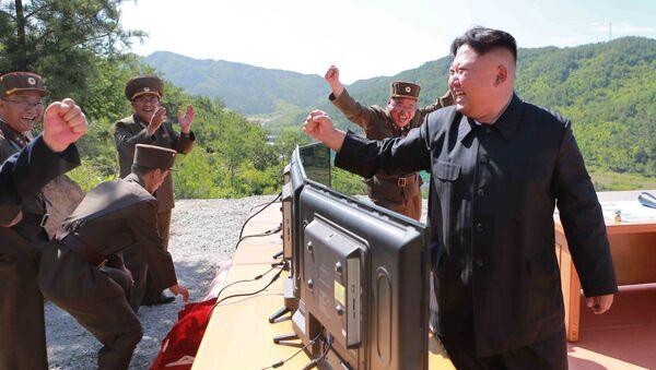 Kim Dzong Un podczas wystrzału pocisku balistycznego Hwasong-14 w Pjongjangu - Sputnik Polska