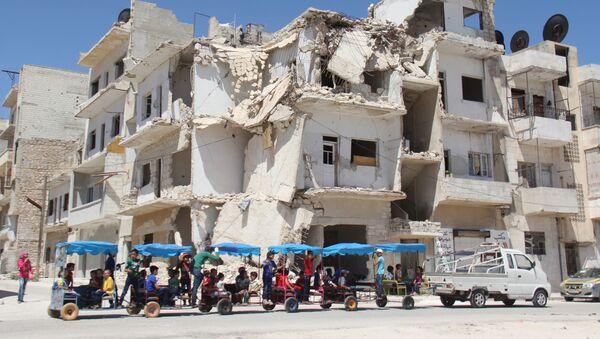 Zniszczony budynek w syryjskim mieście Idlib - Sputnik Polska