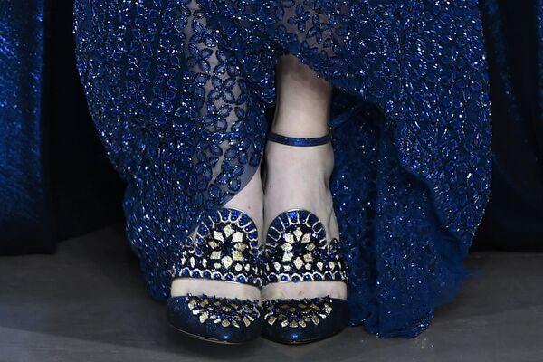 Modelka na pokazie Georgesa Hobeika podczas tygodnia mody Haute Couture w Paryżu sezon jesień/zima 2017-18 - Sputnik Polska