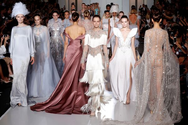 Modelki na pokazie australijskich projektantów Tamary Ralph i Michaela Russo podczas tygodnia mody w Paryżu, sezon jesień/zima 2017-18 - Sputnik Polska