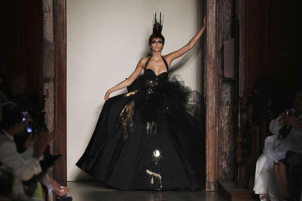 Modelka na pokazie projektanta Julien Fournie podczas tygodnia mody w Paryżu, sezon jesień/zima 2017-18 - Sputnik Polska