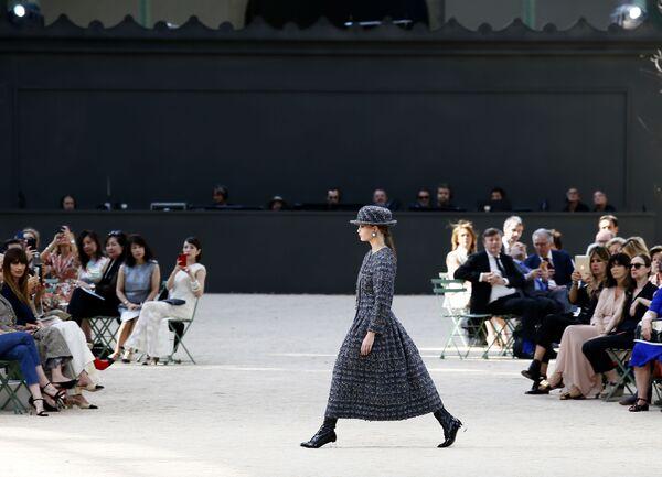 Modelka na pokazie Chanel podczas tygodnia mody w Paryżu, sezon jesień/zima 2017-18 - Sputnik Polska